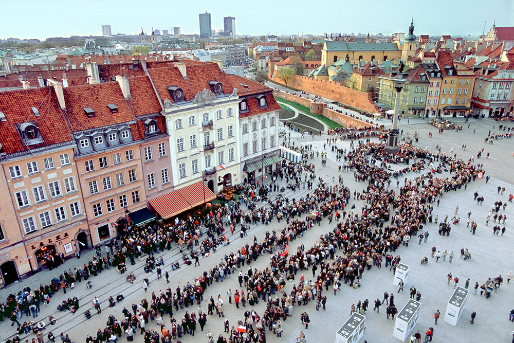 Warsaw. The amazing queue to the Presidential Palace turns at Zamkowy Square in Old Town. People wait even 7 hours to pay the tribute to the dead President and the First Lady.